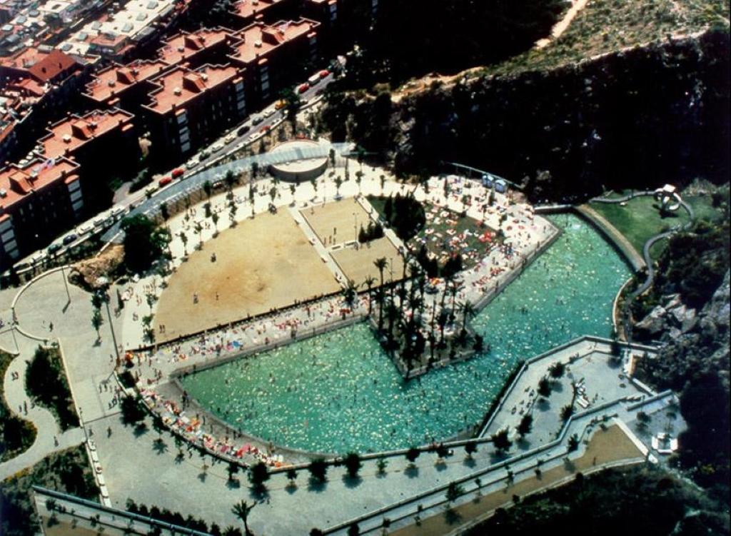 Parque de la creueta del coll gu a de espa a for Piscina municipal martorell